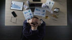 Verzweifelte Geschäftsperson, die an Firmenkonkurs, Krise bei der Arbeit denkt stock video footage