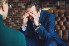 Verzweifelte schließend Augen des Mannes mit den Händen Stockfotografie