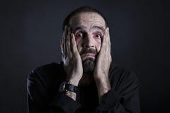 Verzweifelter Mann, der erschöpft und ermüdet schaut Stockbilder