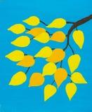 Verzweigen Sie sich mit goldenen Blättern auf blauem Himmel Lizenzfreie Stockfotografie