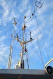Verzweigter Antennendraht des Schiffs gegen blauen Himmel Stockfoto