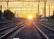 Verzweigung von Eisenbahnen vor dem hintergrund eines hellen Sonnenuntergangs stockbild