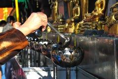 Vesak Bucha stearinljus i thailändsk tempel Royaltyfria Bilder