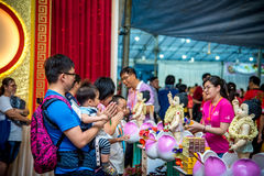 Vesak-Tag den Buddha badend lizenzfreie stockfotografie