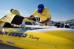 Vesco besättningsmän som arbetar på deras berömda gula tävlings- bil Arkivbild