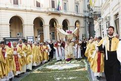 Vescovo e sacerdoti nella processione religiosa del corpus Domini Fotografia Stock Libera da Diritti