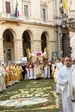 Vescovo e sacerdoti nella processione religiosa del corpus Domini Immagine Stock Libera da Diritti