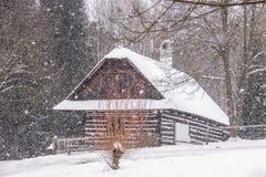 Vesely Kopec republika czech, Europa, Styczeń,/- 31 2015: Stara cembrująca brązu i bielu chałupa zdjęcia stock