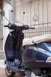 Vespa-ähnliches Motorrad lizenzfreie stockfotografie