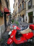 Vespa перемещения города Рима Италии старый красивый старый красивый Стоковые Фотографии RF