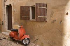 Vespa anaranjada fotos de archivo