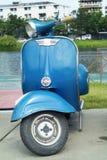 Vespa azul Imagen de archivo