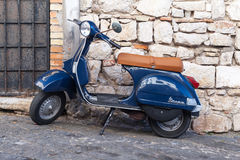 Vespa azul clásica del Vespa PX 150 Imagen de archivo libre de regalías