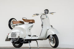 Vespa 1964 de blanc de vintage Photo stock