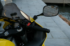 Vespa de la motocicleta vespa con el foco selectivo de la linterna, del manillar y de los espejos imagen de archivo
