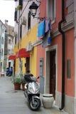 Vespa de motor de plata en la calle de Piran Imagen de archivo