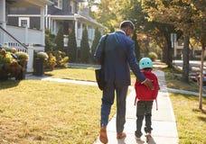 Vespa de Walking Son On del padre del hombre de negocios a la escuela fotos de archivo libres de regalías