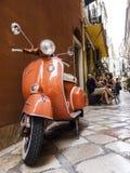 Vespa del Vespa en la calle de Corfú, Grecia imagen de archivo