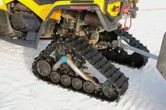 Vespa del invierno Moto de nieve amarilla en invierno Imagen de archivo