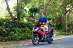Vespa del montar a caballo del adolescente Muchacho en la motocicleta Imagen de archivo libre de regalías