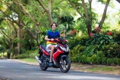 Vespa del montar a caballo del adolescente Muchacho en la motocicleta Fotos de archivo