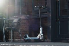 Vespa eléctrica en fondo del paisaje urbano concepto del transporte del eco representación 3d stock de ilustración