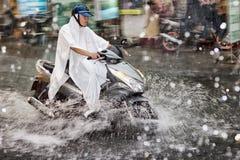 Vespa en la lluvia Imagen de archivo