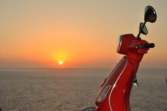 Vespa en la puesta del sol Imagen de archivo libre de regalías