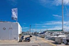 Vespa estacionado em Puerto Alcudia Fotografia de Stock