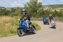Vespa för sparkcykel för cyklistridningtappning Royaltyfri Bild