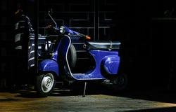 vespa italiana azul fuera del restaurante italiano Imágenes de archivo libres de regalías