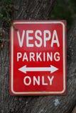 Vespa parkuje tylko - drogowych znaki zdjęcie royalty free