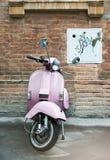 Vespa perto de uma parede velha Fotografia de Stock Royalty Free