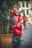 Vespa roja en Italia Imagenes de archivo