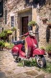 Vespa roja en Toscana Imagen de archivo libre de regalías