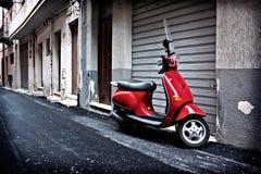 Vespa roja italiana Imagen de archivo libre de regalías