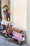 Vespa rosada del Vespa del vintage Foto de archivo libre de regalías