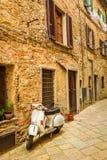 Vespa sur une petite rue dans la vieille ville photos libres de droits