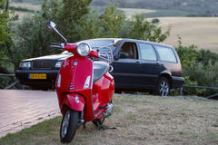 Vespa y Volvo 850 de Piaggio Imagen de archivo libre de regalías