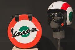 Vespahelm met zak bij EICMA 2014 in Milaan, Italië Royalty-vrije Stock Fotografie