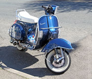 Vespamotorcykelsparkcykel Arkivbilder