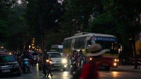 Vespas, coches, tráfico, turistas, y gente en las calles cuartas viejas del capital, Hanoi, Vietnam metrajes