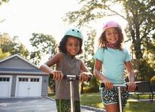 Vespas de Brother And Sister Riding en la calzada en casa fotografía de archivo