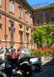 Vespas de motor en la calle Brera Milano Italia imagen de archivo libre de regalías
