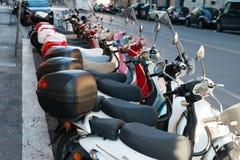 Vespas italianas en Roma Imagenes de archivo