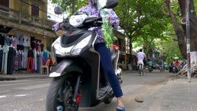 Vespas, motocicletas, ciclomotores, coches, tráfico, turistas, y gente en las calles diurnas de Hoi An, Vietnam almacen de video