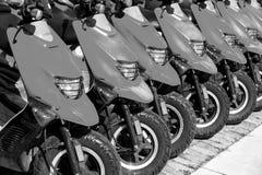 Vespas o motocicletas rojas para la venta o el alquiler en fila Fotos de archivo libres de regalías
