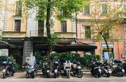 Vespas parkte in Mailand, Lombardei, Italien gegen eine bunte Fassade lizenzfreie stockbilder