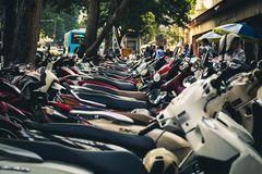 Vespas parqueadas en Hanoi, Vietnam Foto de archivo libre de regalías