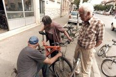 Vespas viejas de Of Bicycles And del mecánico en Pirot, Serbia fotografía de archivo